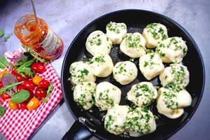 Zubereitung der Party-Pan mit Pizzabällchen