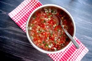 Zubereitung der Tomatensalsa mit Knoblauchbaguette