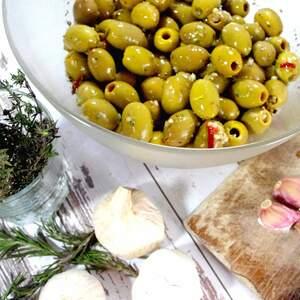 Grüne Knoblauch-Oliven