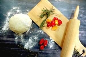 Zubereitung des Tomaten-Focaccia mit Rosmarin und Knoblauch