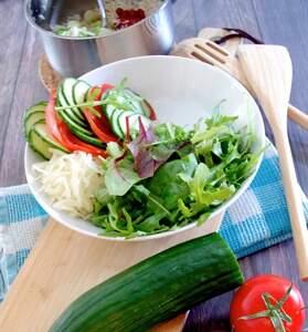 Zubereitung dre griechisch-inspirierte Salatbowl