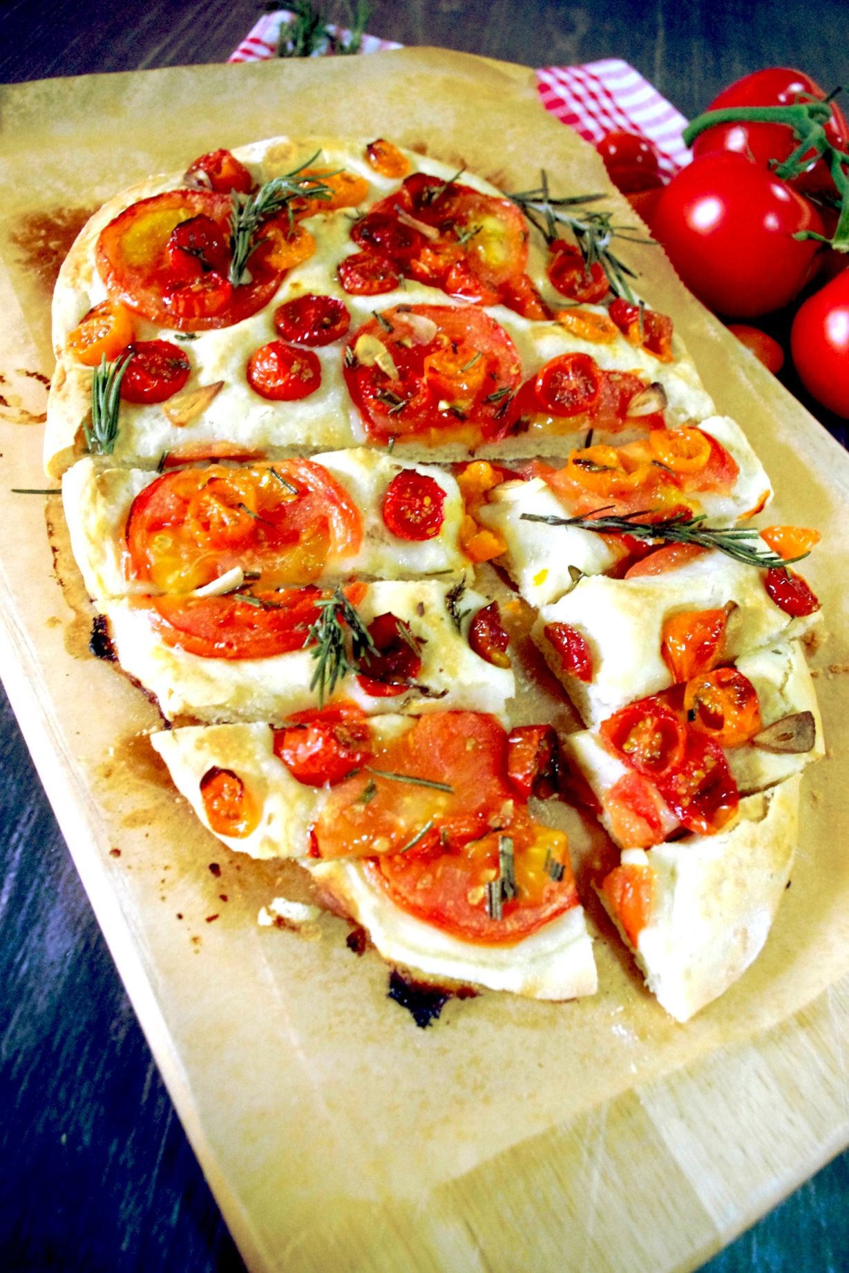 Tomaten-Focaccia mit Rosmarin und Knoblauch