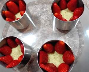Zubereitung von fruchtigen Erdbeertörtchen mit Oreoboden
