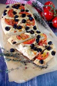 Focaccia mit schwarzen Oliven, Tomaten und Knoblauch