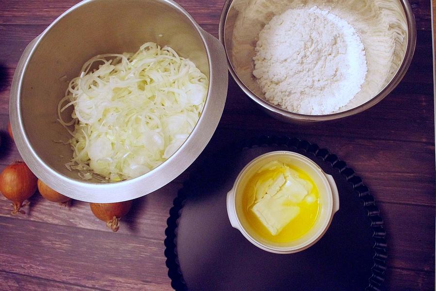 Zubereitung von veganem Zwiebelkuchen