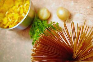 Zubereitung von Spaghetti in Pfifferling-Rahm