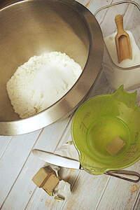 Zubereiten der Johannisbeer-Streusel-Talern