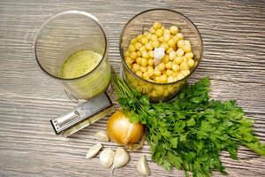 Zubereitung von Hummus mit Petersilienpesto