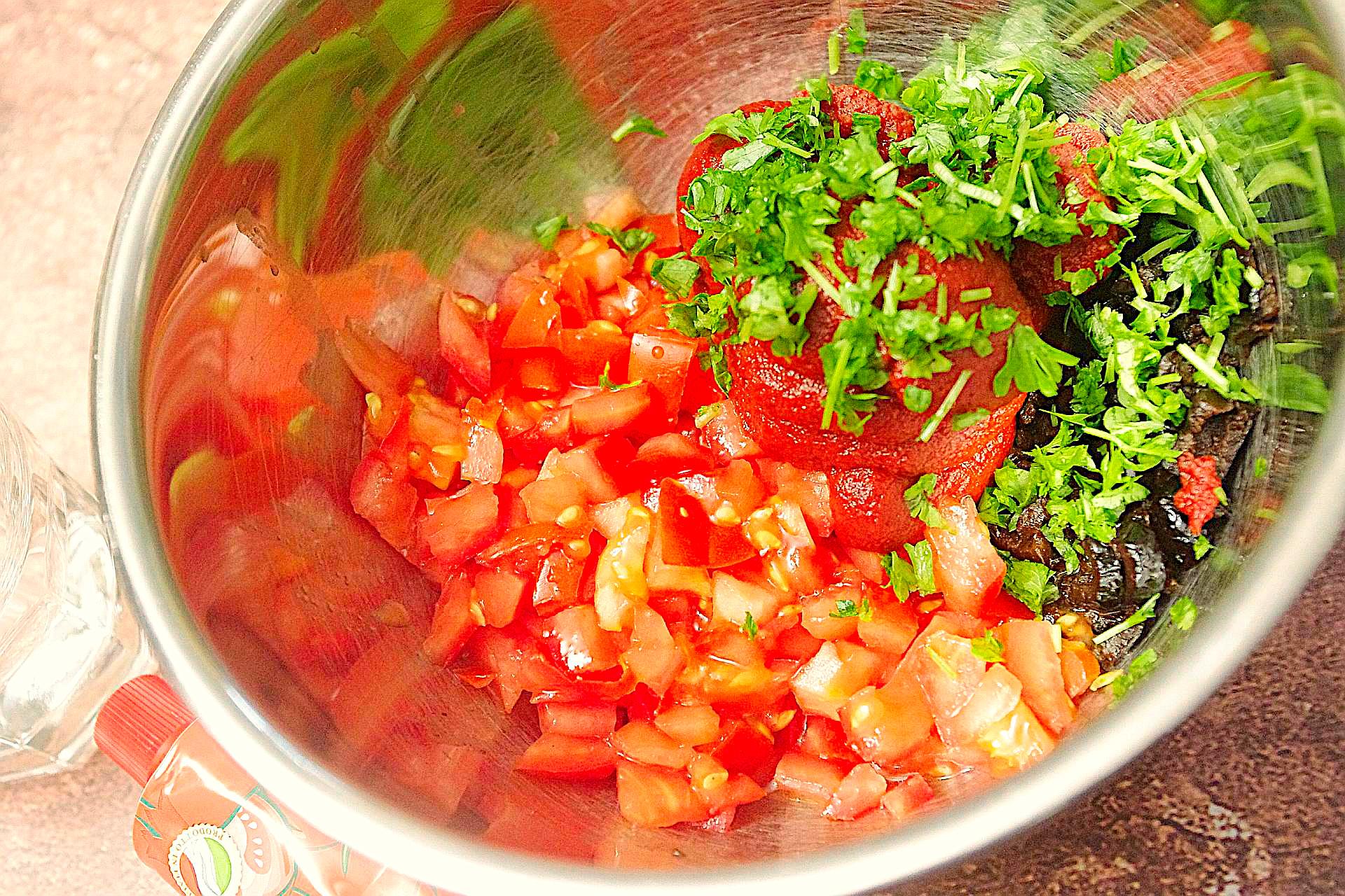 Zubereitung von Tomaten-Oliven-Aufstrich