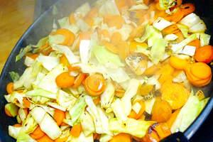 Zubereitung von gebratenen Nudeln