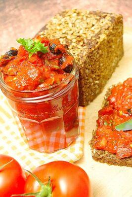 Würziger Tomatenaufstrich mit Oliven