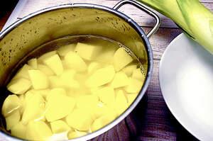 Zubereitung von cremiger Kartoffel-Lauch-Suppe