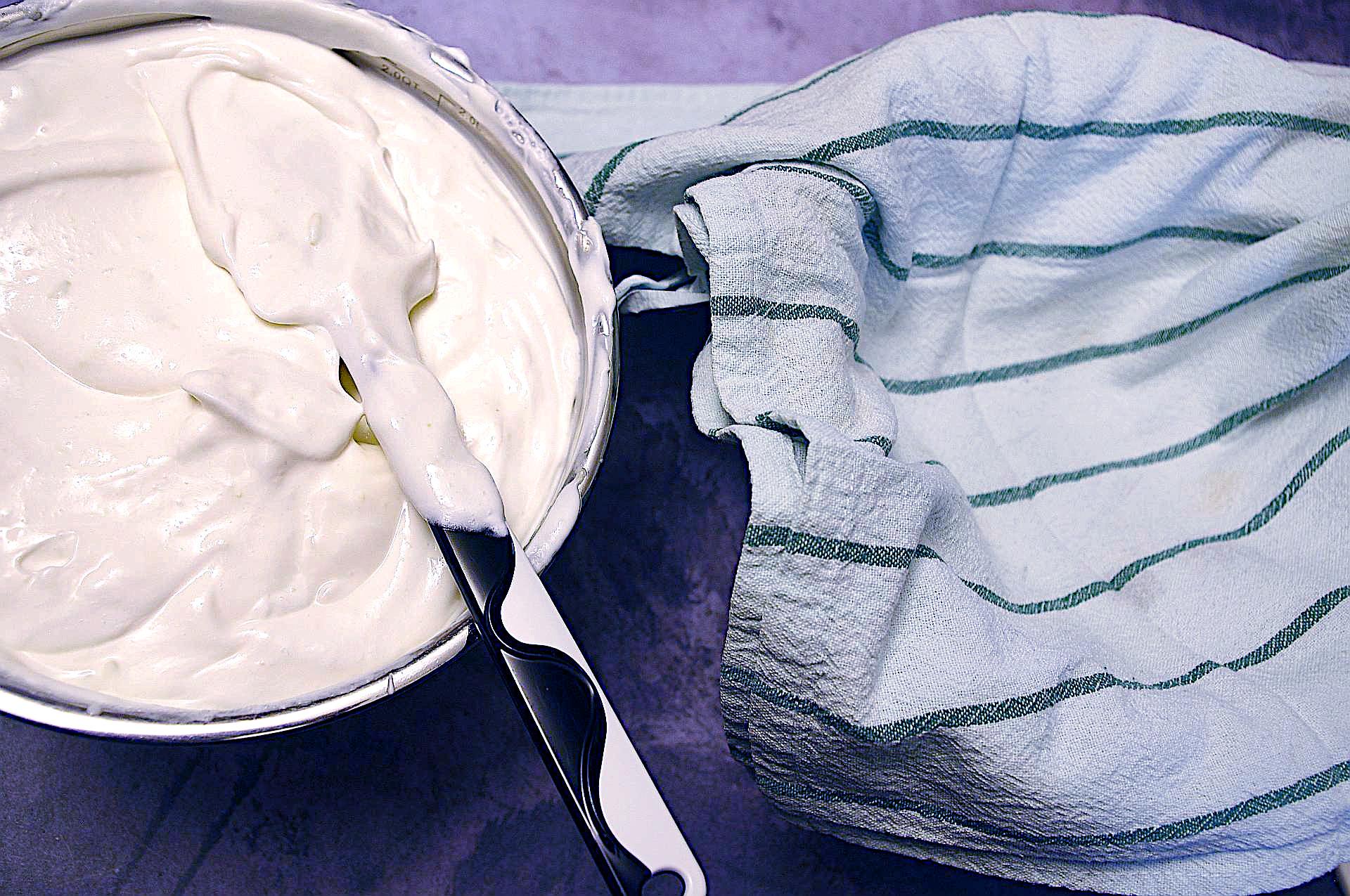 Zubereitung der Joghurtbombe mit Beeren