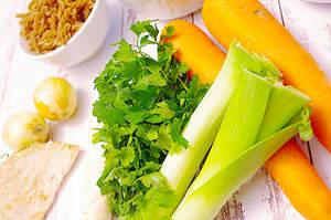 Zubereitung von veganer Hochzeitssuppe