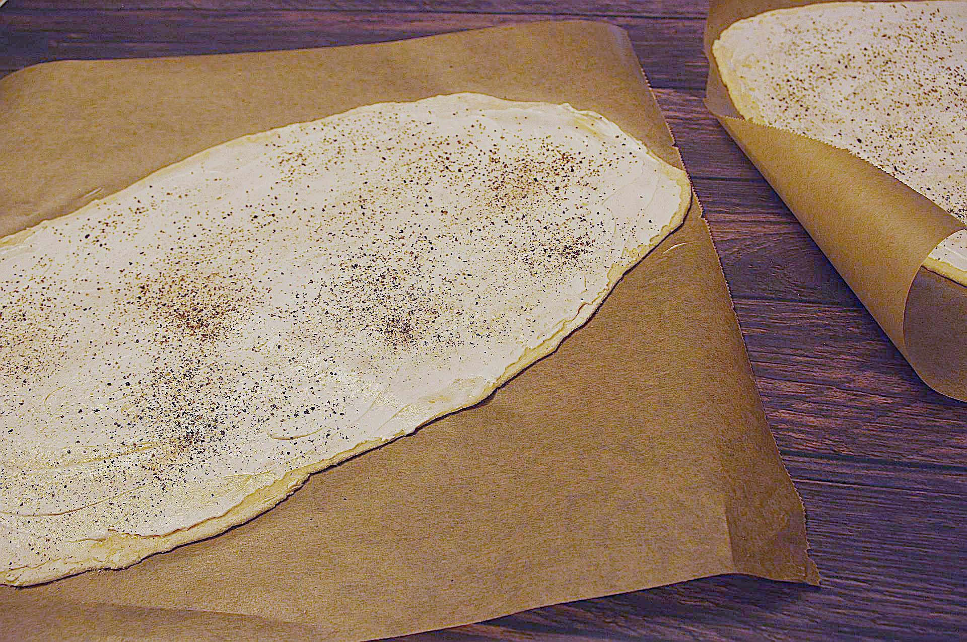 Zubereitung von knusprigem Flammkuchen mit Feigen