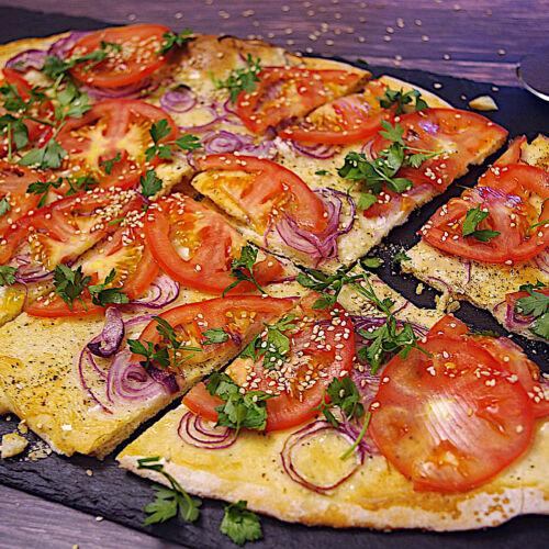 Sesam-Flammkuchen mit Tomaten-Carpaccio