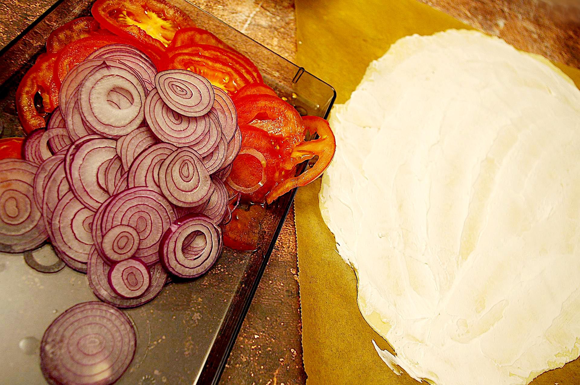 Zubereitung von mediterranem Flammkuchen mit Sriracha