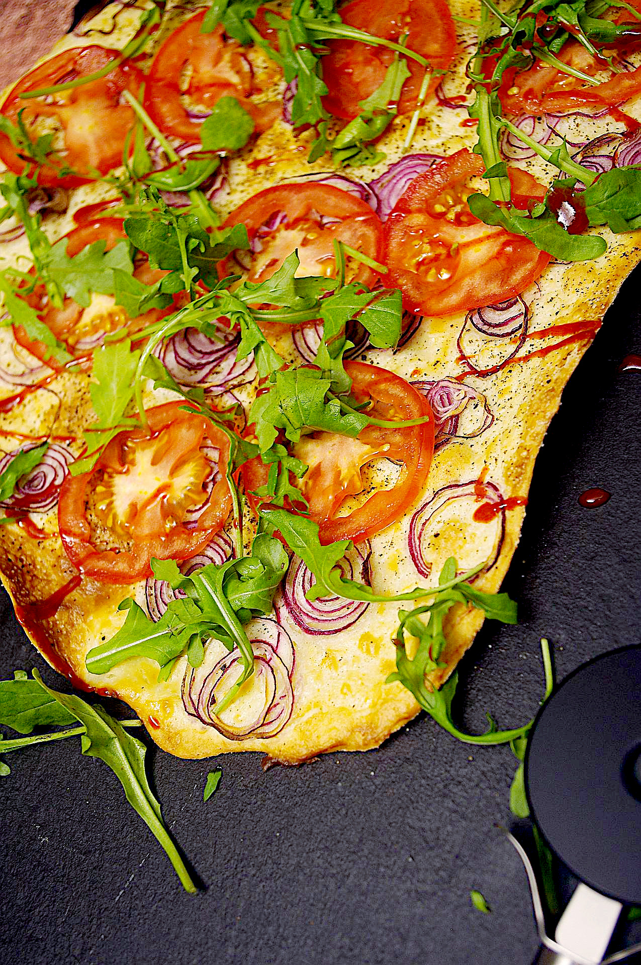 Mediterraner Flammkuchen Sriracha