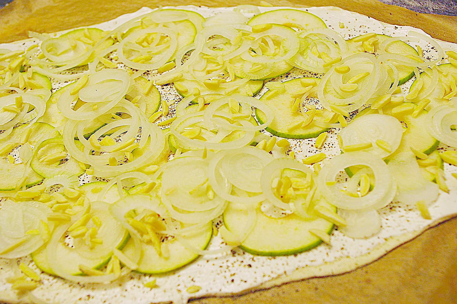 Zubereitung von Flammkuchen mit Birne und Mandel