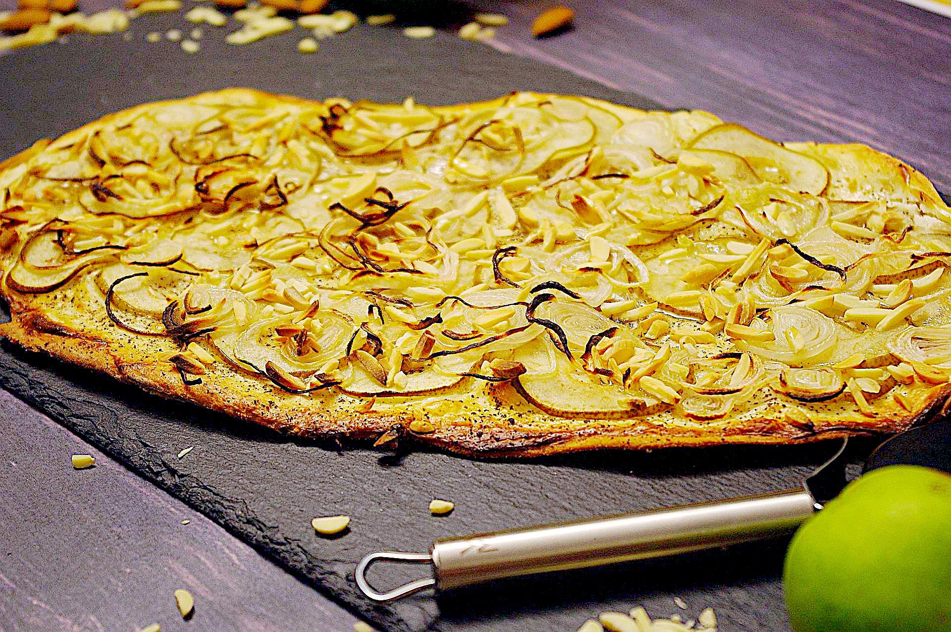 Flammkuchen mit Birne und Mandel
