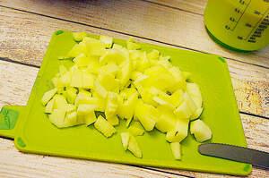 Zubereitung von luftigem Apfelkuchen mit Zimt