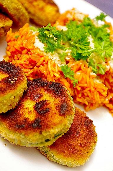 Roter Reis mit Zucchini-Talern
