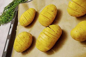 Zubereitung von Kartoffelfächern mit Knoblauchchips