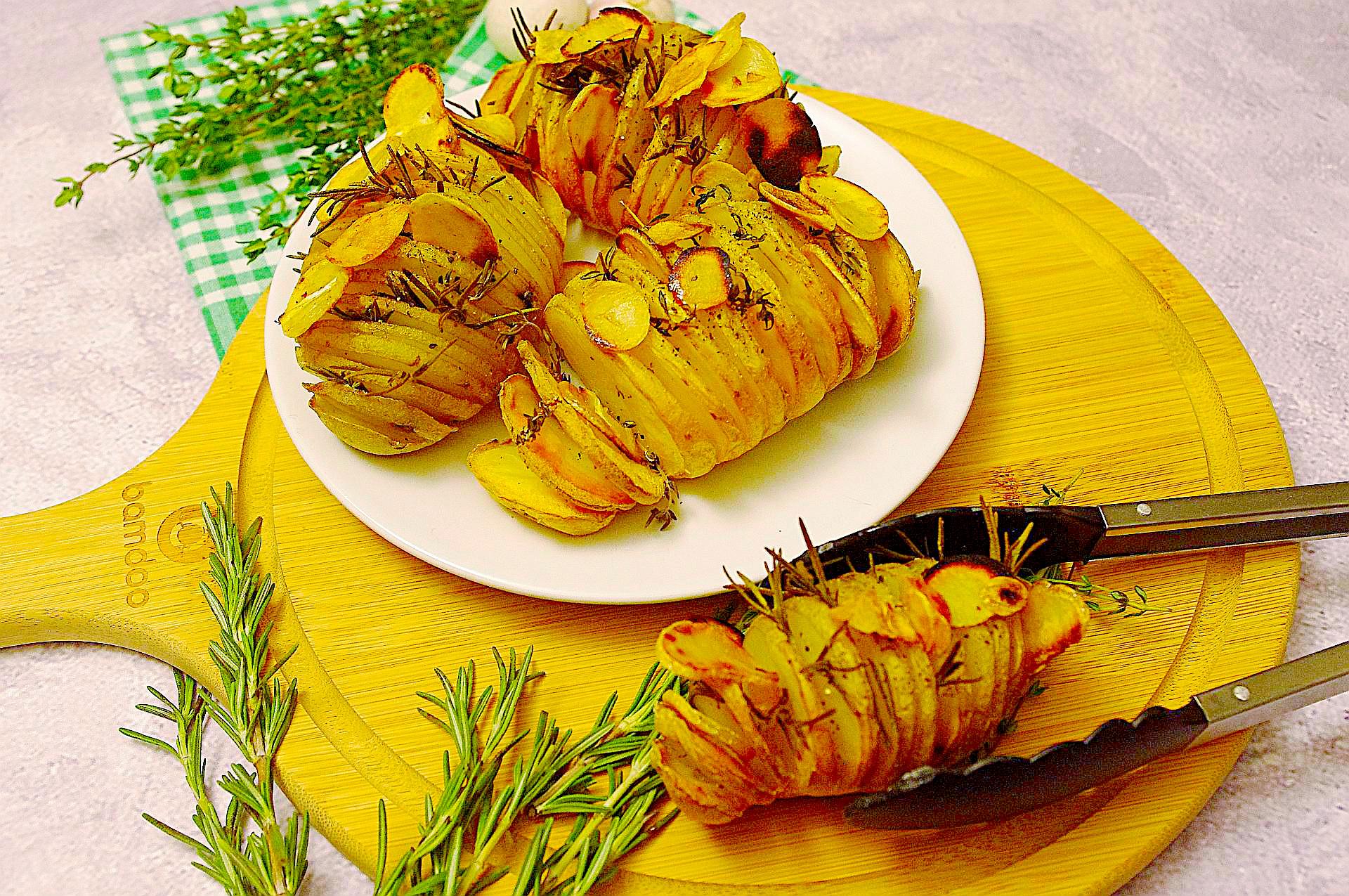 Kartoffelfächer mit Knoblauchchips