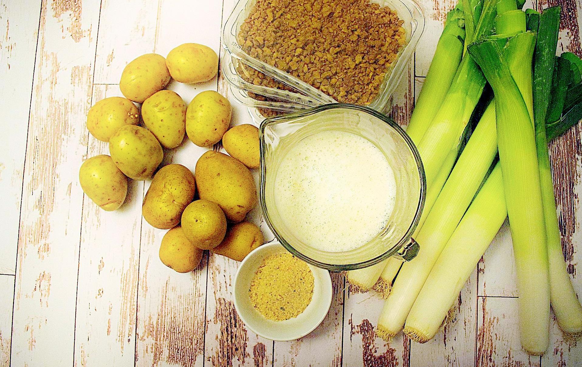 Zubereitung von veganer Lauch-Käse-Hack-Suppe