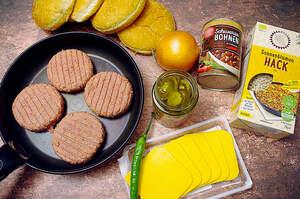 Zubereitung von Chili-Cheese-Burgern