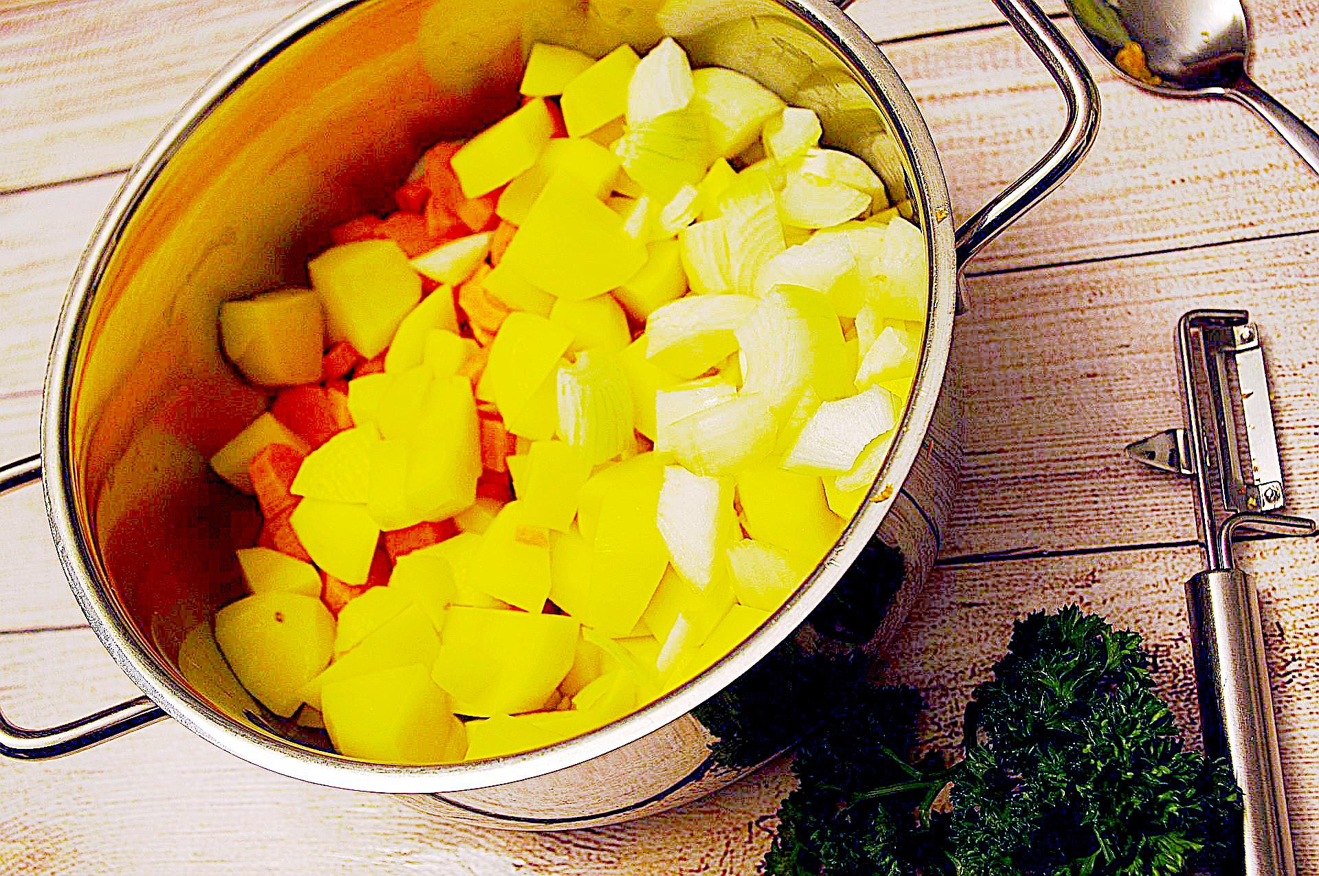 Zubereitung von cremiger Kartoffel-Kürbiscreme-Suppe