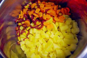 Zubereitung von buntem Linseneintopf