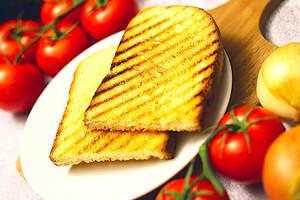 Zubereitung von veganem Schnitzelsandwich, Brot rösten