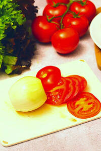 Zubereitung von veganem Schnitzelsandwich, Aufschnitt bereiten