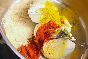 Zubereitung von Laksa (Malaysische Chili-Suppe)