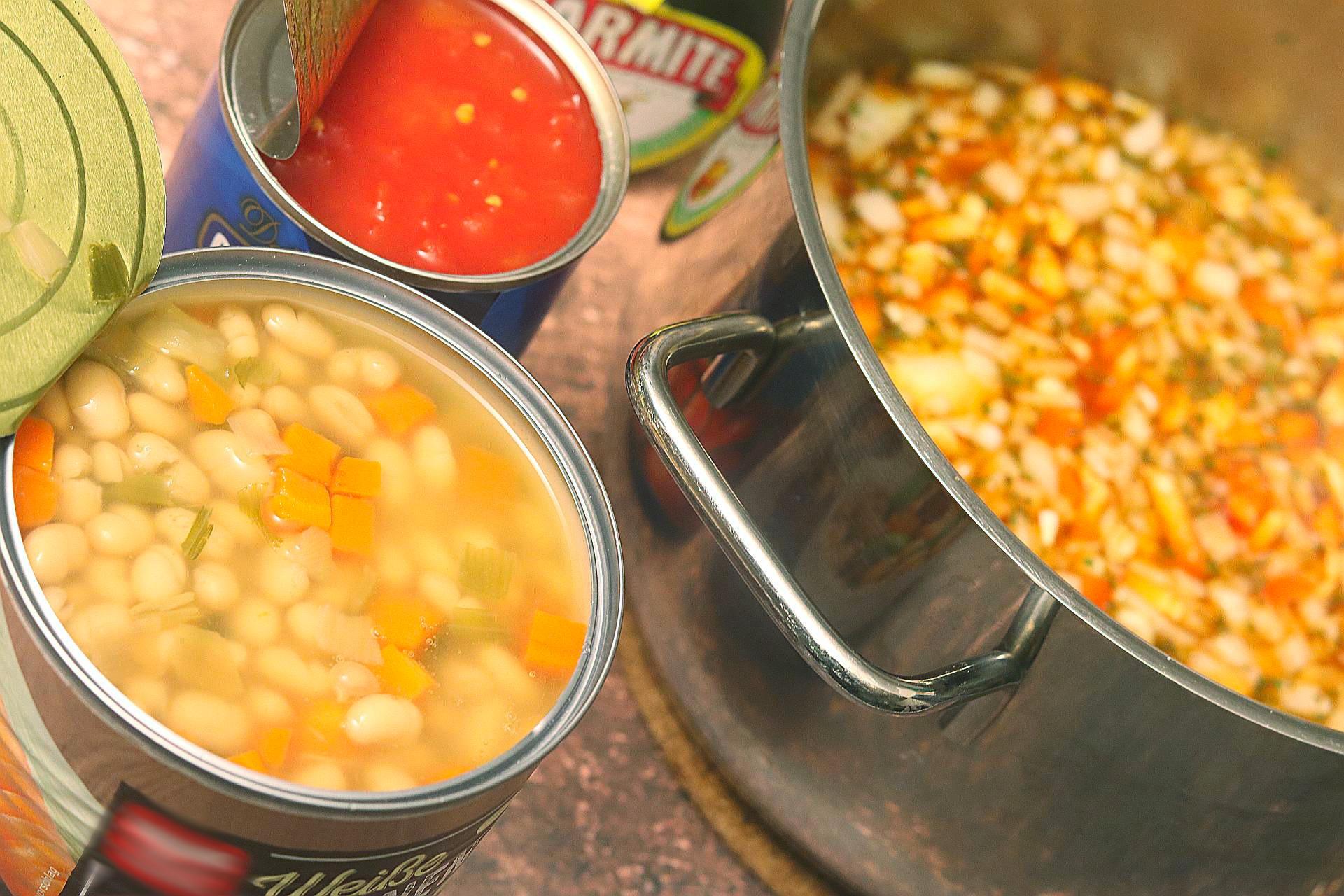 Zubereitung von serbischer Bohnensuppe