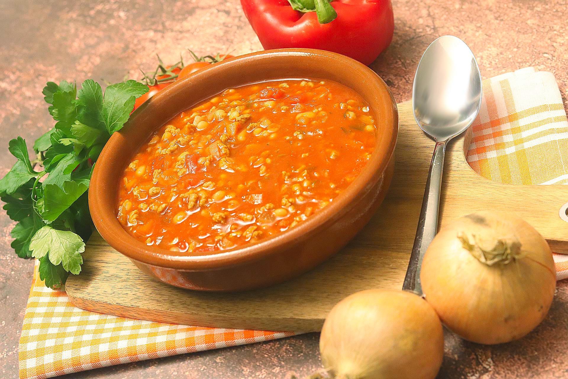 Serbische Bohnensuppe, Vegan, auf einem Brett
