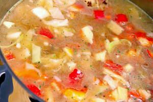 Zubereitung von Paprika-Kohl-Eintopf