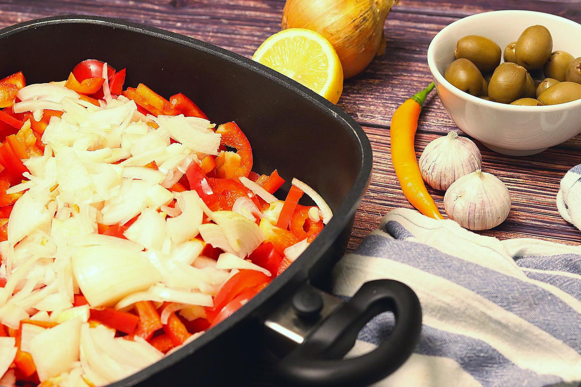 Teil der Zutaten für Empanada de Pimientos, geschnitten