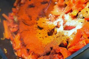 Gerbratene Zutaten für Empanada de Pimientos