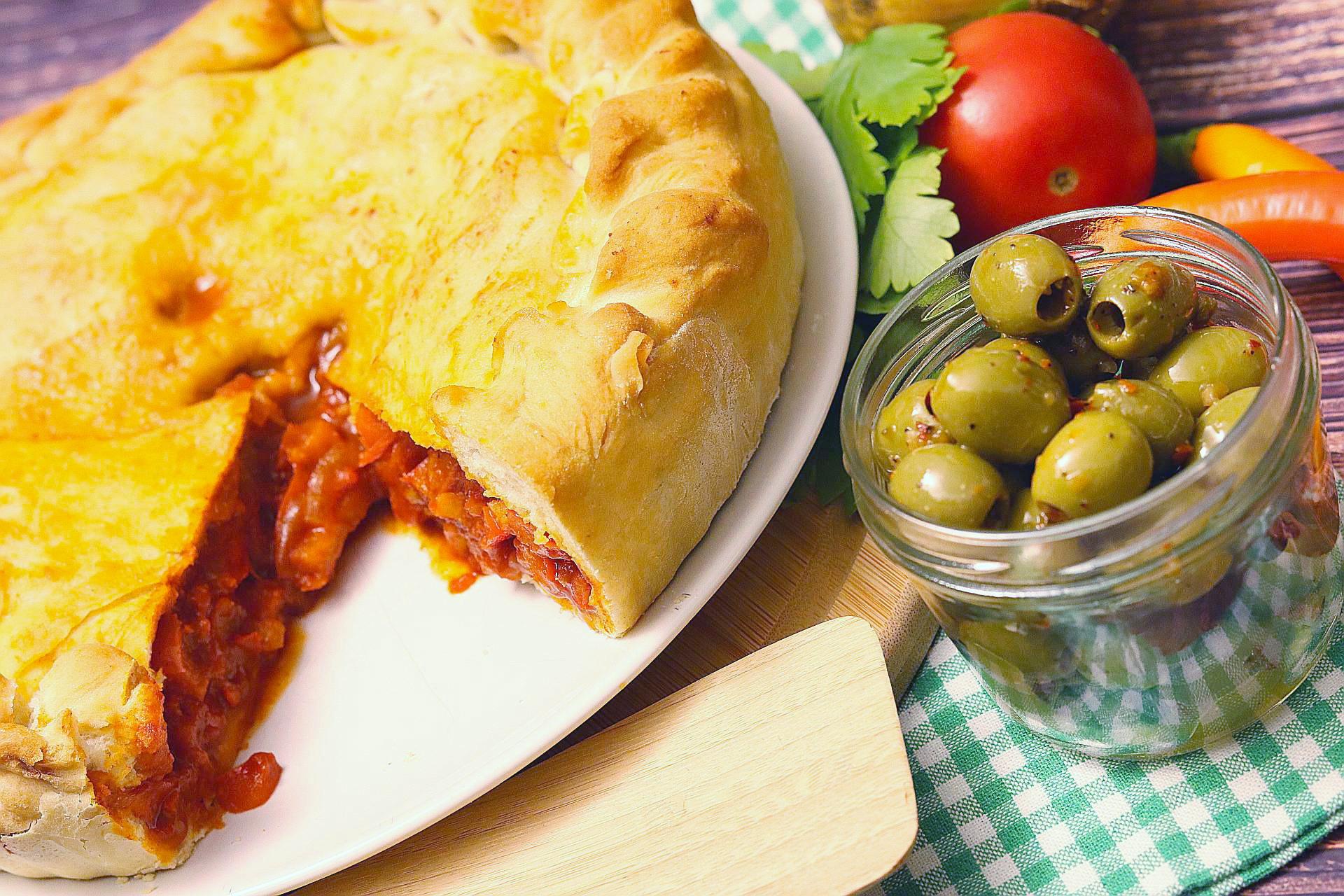 Empanada de Pimientos, geschnitten