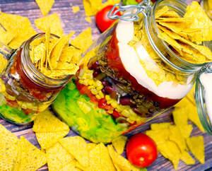 Veganer Nacho-Salat im großen Verschlussglas