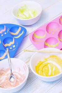 Zubereitung von Schokoeiern mit Vanillemousse, vegan zu Ostern