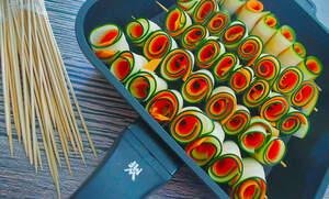 Zubereitung von deftigen Zucchini-Möhren-Spießen