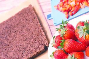 Zubereitung von veganer Erdbeer-Biskuit-Rolle