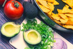 Zubereitung von überbackenen Nachos (vegan)