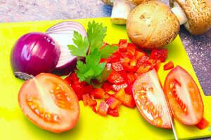 Zubereitung von veganen Pizzaburgern oder Partypizzen