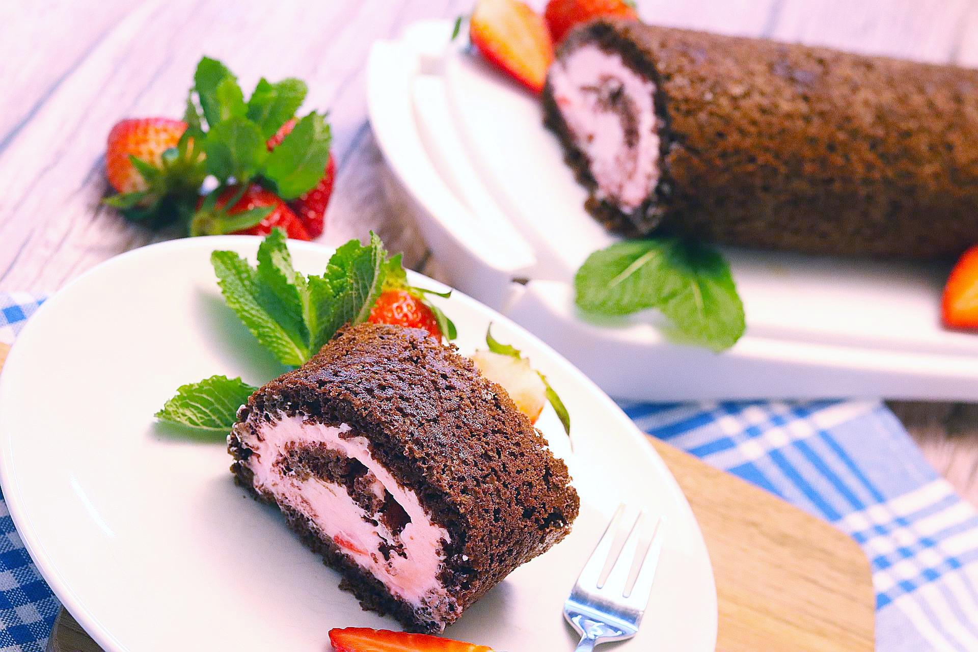 Luftige Erdbeer-Biskuit-Rolle